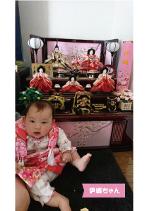 投稿者様:永長様 タイトル:千葉県で初ひな祭り♪  投稿者様コメント:急な転勤で兵庫県へ引っ越すことになりましたが、引っ越し前に親子3人で初ひな祭りを迎えることができました。 。