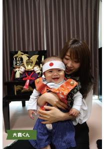投稿者様:伊賀様 タイトル:おばちゃんとのツーショット 投稿者様コメント:初節句で妹が実家(岡山)から京都へ来てくれました。子供が大好きな妹が「可愛い♪可愛い♪」と抱きしめてくれた時の写真です。抱きしめられるのが大好きなので、またいつでも遊びに来てね♡