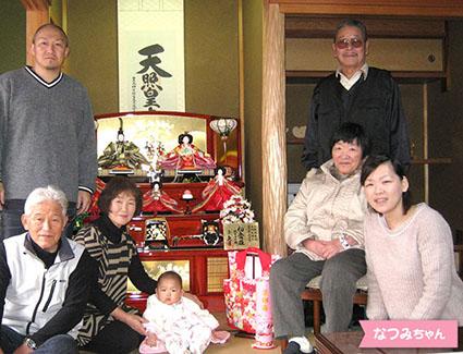 投稿者:酒井様 タイトル:お雛様が来たよ! 【コメント】 お雛様が届いたその日、祖父母と皆で飾り付けをしました。